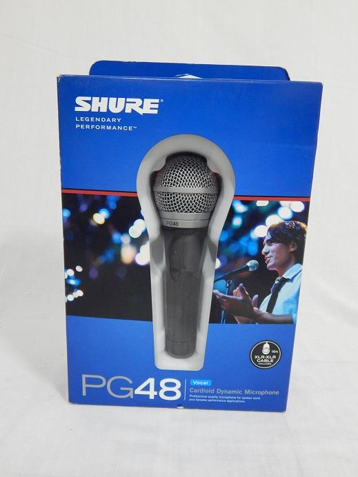 PG48 Micrófono de mano vocal y para discurso Un gran micrófono para aplicaciones de palabra hablada. Características -La respuesta de frecuencia adaptada es suave y extendida. Sintonizado específicamente para aplicaciones vocales. -El patrón polar cardioide capta la mayor parte del sonido por la parte delantera del micrófono, y algo por los lados. - Menos susceptible a la retroalimentación en entornos de alto volumen. -La cápsula dinámica tiene una bobina simple y resistente. - Maneja niveles de volumen extremos sin distorsión. -La cápsula incluye un imán de neodimio para un nivel de salida alto. -Construcción duradera de metal. Interruptor de encendido y apagado para control sobre el escenario. -Rejilla esférica de malla de acero con filtro integrado que reduce los sonidos explosivos y el ruido del viento.